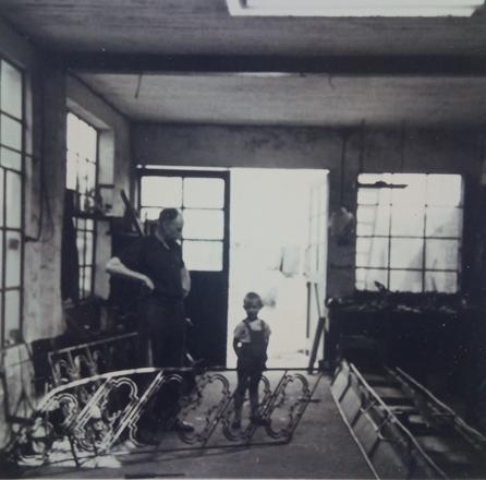 Willy en zijn vader Henri in de smidse