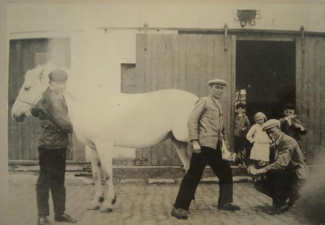 Hoefsmederij van Jerome Everaert (centraal),links Charles Everaert, rechts Henri Everaert